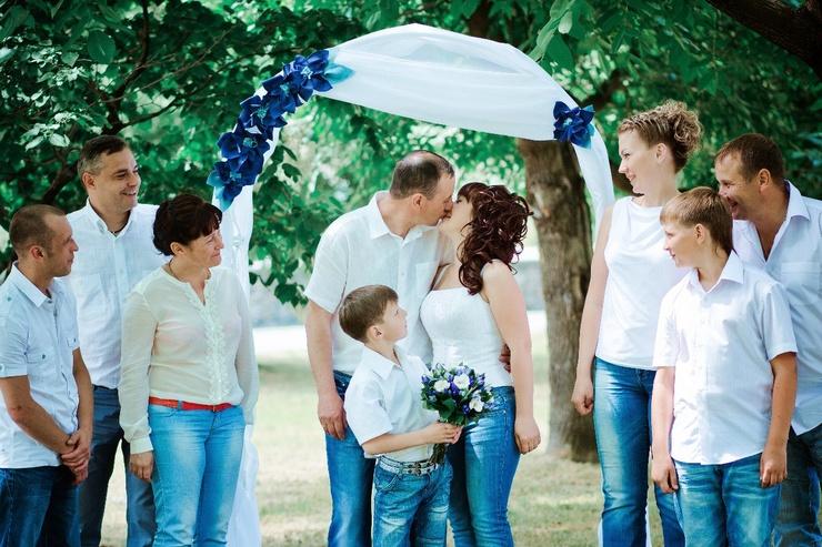 Свадьба в джинсах и белых рубашках фото