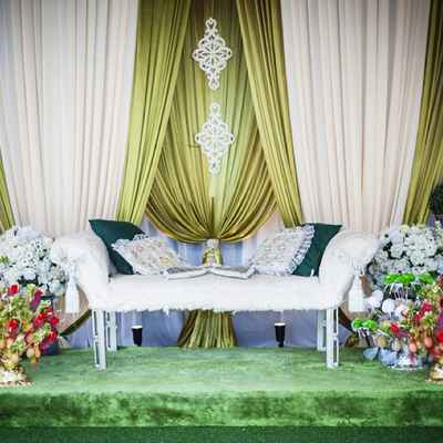 Overseas green wedding photo session decor