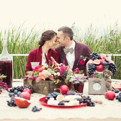 Outdoor red wedding photo session decor