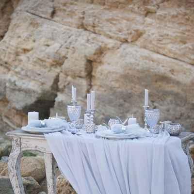 Blue outdoor wedding photo session decor